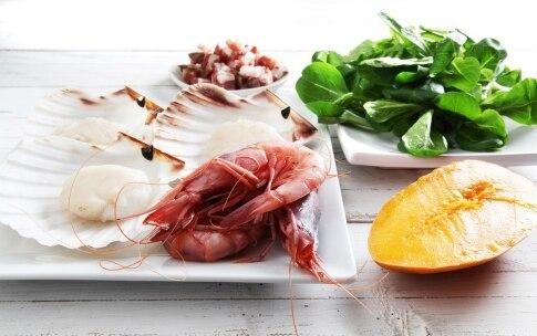 Preparazione Insalata di capesante, gamberoni e pancetta croccante - Fase 1