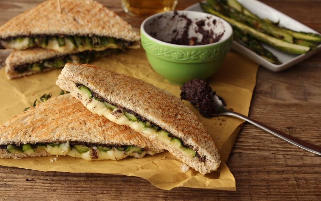 Sandwich con asparagi e crema di olive
