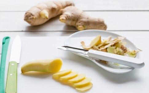 Preparazione Acqua aromatizzata al limone, zenzero, cetriolo e menta - Fase 1