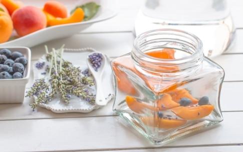 Preparazione Acqua aromatizzata alle albicocche, mirtilli e lavanda - Fase 1