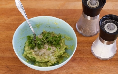 Preparazione Cialde di tortillas con insalata e guacamole - Fase 6