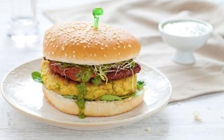 Hamburger vegetariano con zucchine, pomodori secchi e pesto