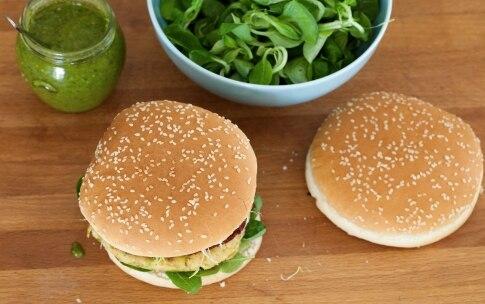 Preparazione Hamburger vegetariano con zucchine, pomodori secchi e pesto - Fase 11