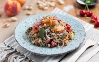 Insalata di quinoa con pesche, albicocche e...