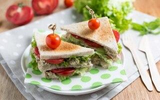 Sandwich con tofu, capperi e olive