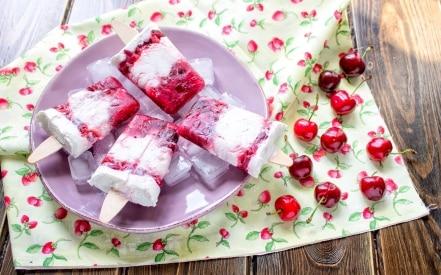 Stecco gelato alla ciliegia e latte di mandorla