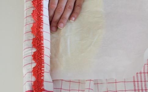Preparazione Rotolo alla marmellata con pesche e lamponi - Fase 7