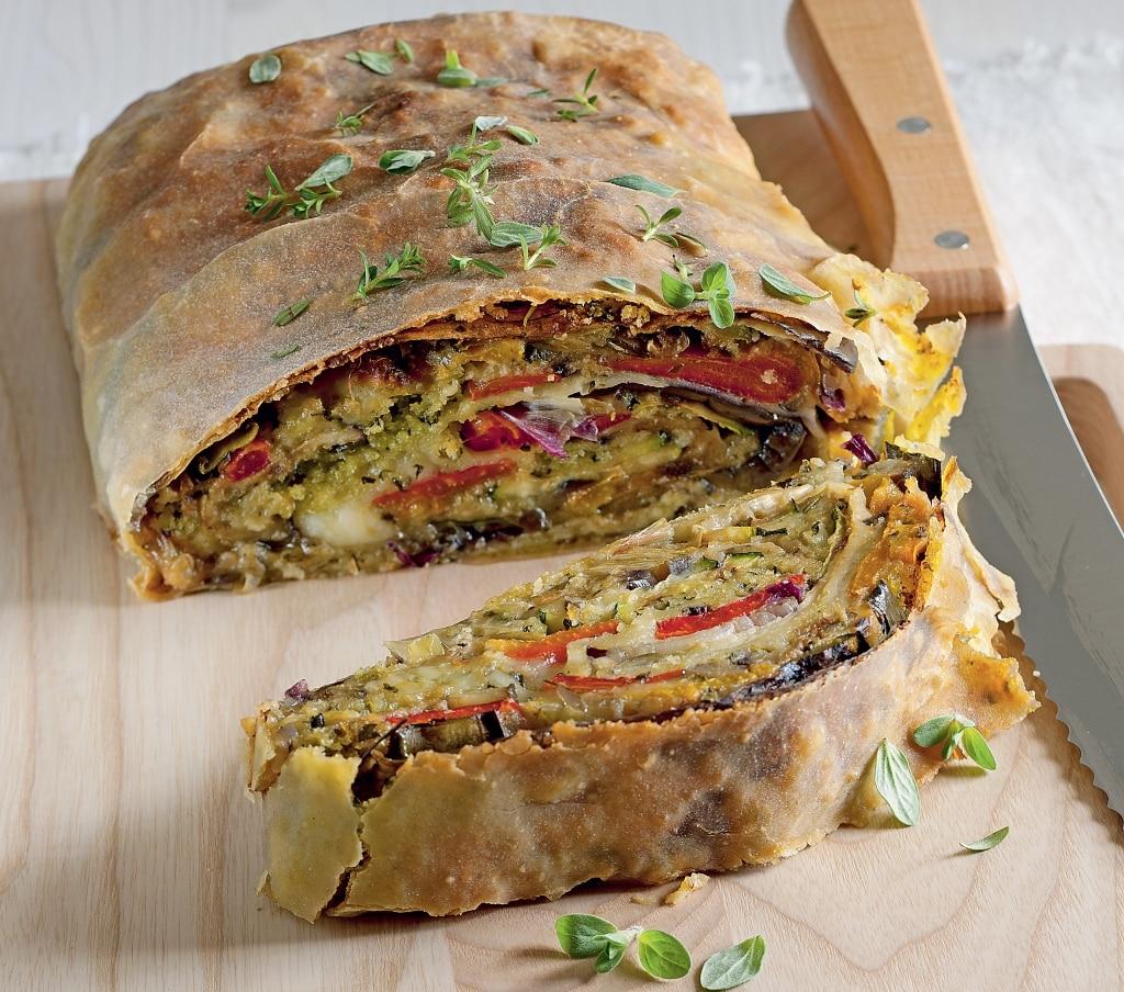 Strudel di verdure, pane aromatico e mozzarella