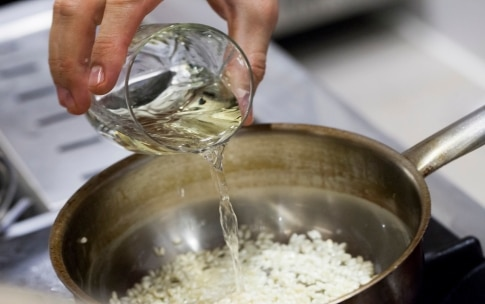 Preparazione Risotto al wasabi e basilico, mantecato al cioccolato bianco - Fase 1