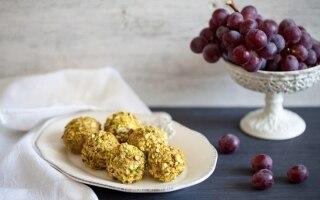 Palline di uva al formaggio e pistacchi