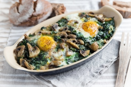 Terrina di pane, uova, funghi e spinaci