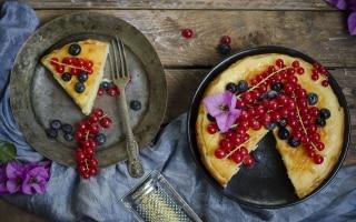 Torta al mascarpone con ribes e mirtilli