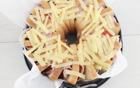 Preparazione Ciambellone di toast con prosciutto e formaggio - Fase 3