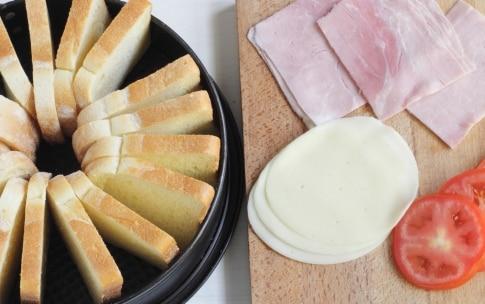 Preparazione Ciambellone di toast con prosciutto e formaggio - Fase 2
