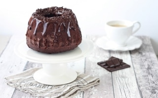Ciambella al cacao con glassa al cioccolato fondente e rum