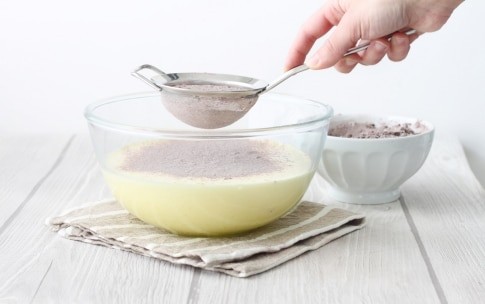 Preparazione Ciambella al cacao con glassa al cioccolato fondente e rum - Fase 2