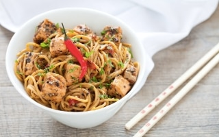 Spaghetti di riso piccanti al salmone