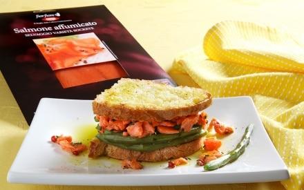 Tartare di salmone affumicato, pane tostato e fagiolini