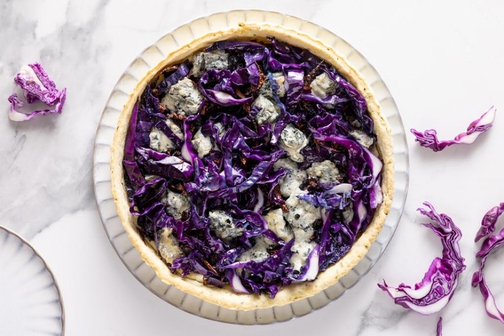 Torta salata al cavolo rosso e gorgonzola con frolla all'olio d'oliva e erbe aromatiche