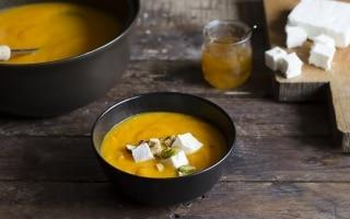 Zuppa speziata di zucca e carote con feta,...
