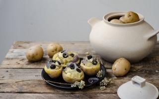Patate ripiene di alici, olive, cipolle...