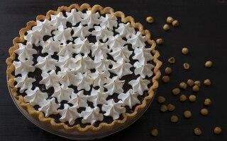 Torta meringata alle nocciole e cioccolato
