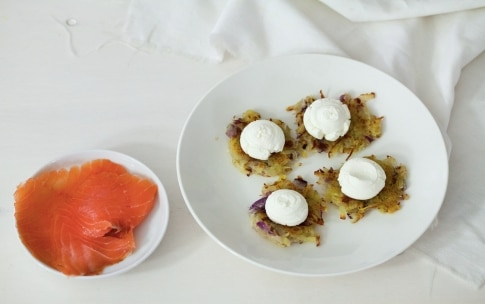 Preparazione Rosti di patate con salmone affumicato e formaggio - Fase 2