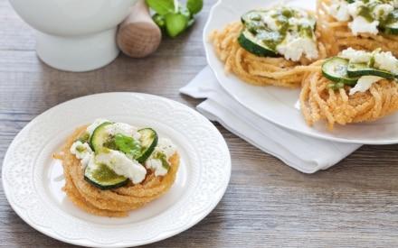 Spaghetti fritti con zucchine, mozzarella e pesto