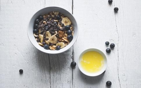 Preparazione Torta ai cereali con mirtilli, banane e cioccolato - Fase 1