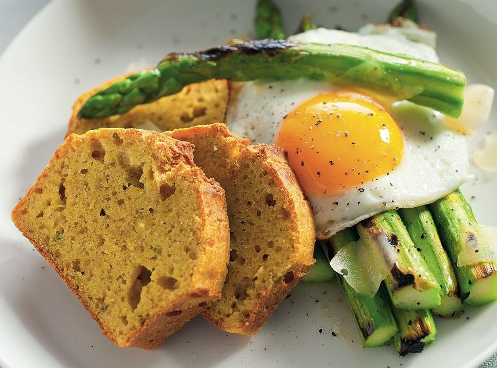 UOva con pane di mais e asparagi