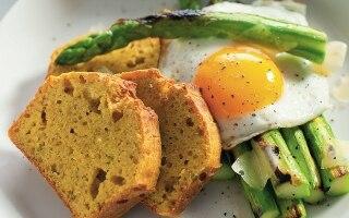 Uova con pane di mais e asparagi grigliati