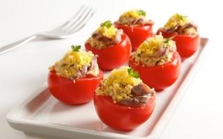 Pomodori ripieni di uova e acciughe