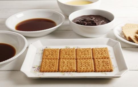 Preparazione Torta con biscotti secchi e crema pasticcera - Fase 2