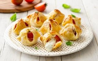 Fagottini di sfoglia, pomodoro e mozzarella