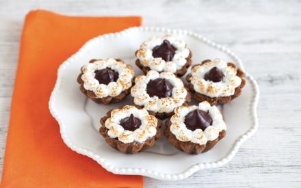 Mini tartellette di biscotto con crema al cioccolato e meringa