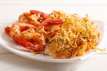 Spaghetti di zucchine e patate con gamberi