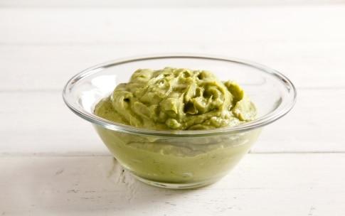 Preparazione Pasta fredda con pesto di avocado e salmone - Fase 2