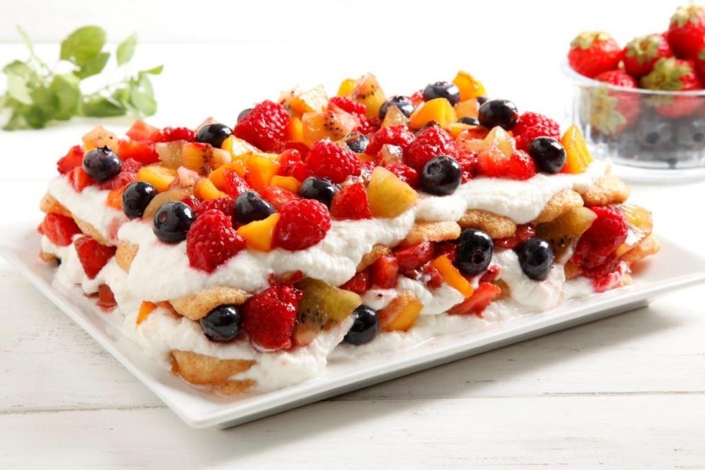 Tiramisu con panna e frutta