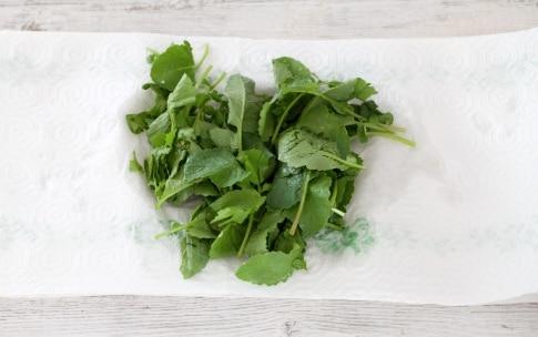 Preparazione Fusilli al pesto di foglie di ravanelli - Fase 1