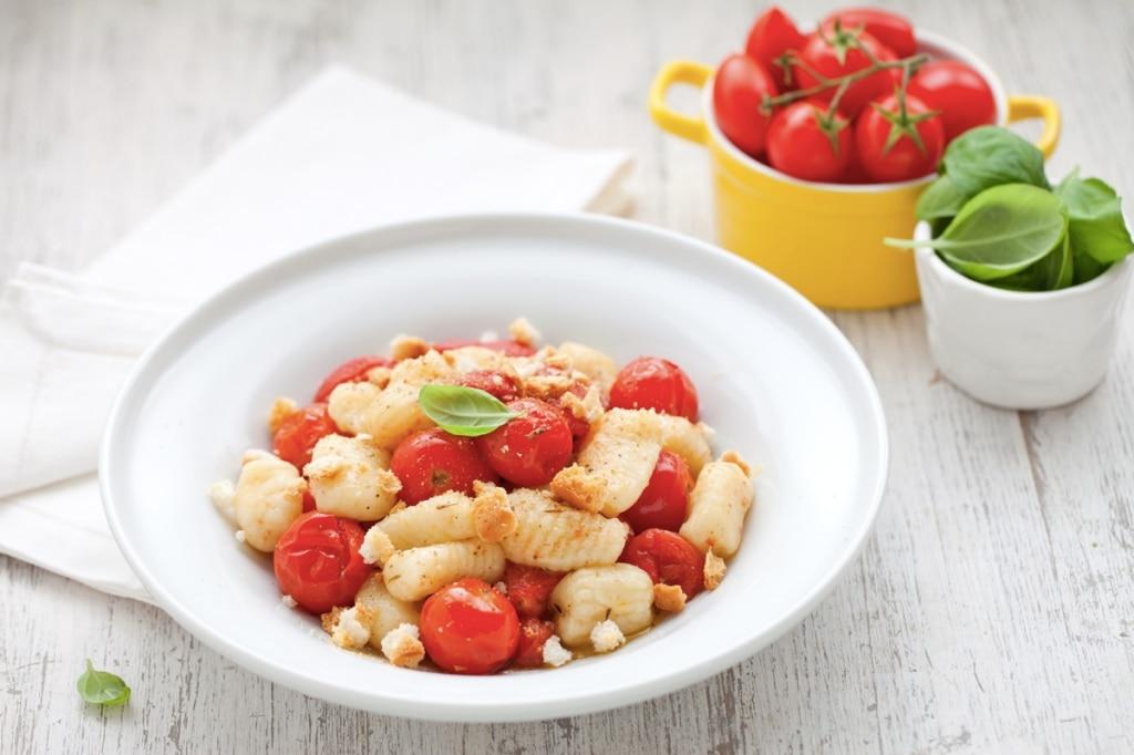 Gnocchi di patate con pomodori confit e briciole di frisella