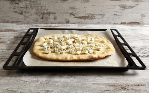 Preparazione Pizza con pere Williams e gorgonzola - Fase 5