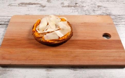 Preparazione Panettone farcito salato con zucca, crema alla trapanese e gamberi - Fase 8