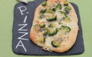 Pizza ai quattro formaggi con i broccoli