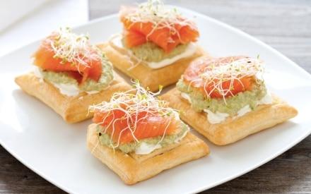 Sfogliatine con crema di avocado, formaggio fresco e salmone affumicato