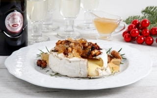 Brie al forno con rosmarino, noci e gelatina...