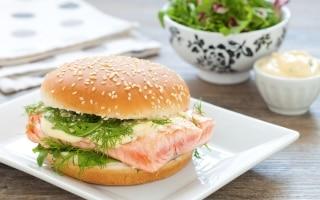 Burger con salmone ai ferri, misticanza e...