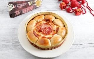 Corona di pane ai formaggi, pomodoro e...