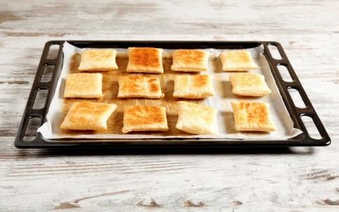 Preparazione Sfogliatelle monoporzione con radicchio, noci, ricotta e miele - Fase 2