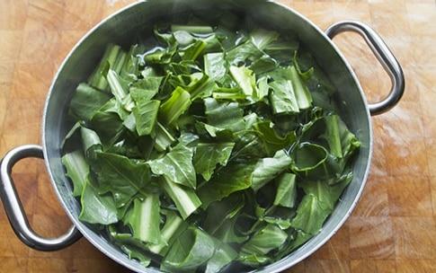 Preparazione Spaghettoni con pesto di cicoria, biete e acciughe - Fase 1