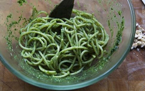 Preparazione Spaghettoni con pesto di cicoria, biete e acciughe - Fase 6